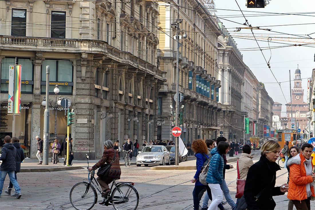 Habitantes de Milão a atravessar a Via Dante junto à Piazza Cordosio