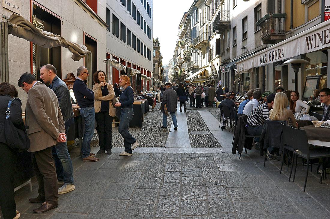 Pessoas em confraternização na Via Fiori Chiari em Milão