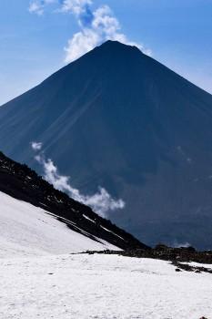 Vista do cone perfeito do pequeno Ararat - Küçük Agri Dagi - desde uma encosta coberta de neve.