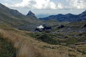Vista de uma zona montanhosa, ainda com neve, no parque nacional de Durmitor no Montenegro.