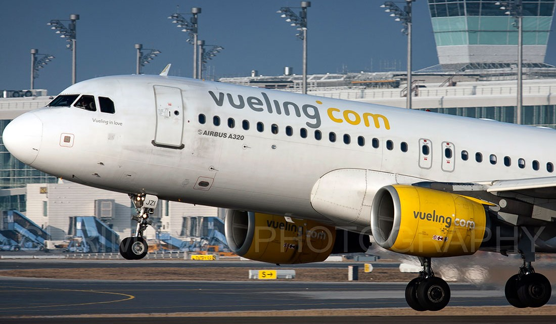 Avião Airbus A320 da companhia low-cost Vueling a levantar voo.