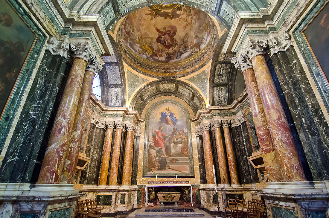 Colunas em mármore e altar da Basílica de Santa Maria del Popolo em Roma