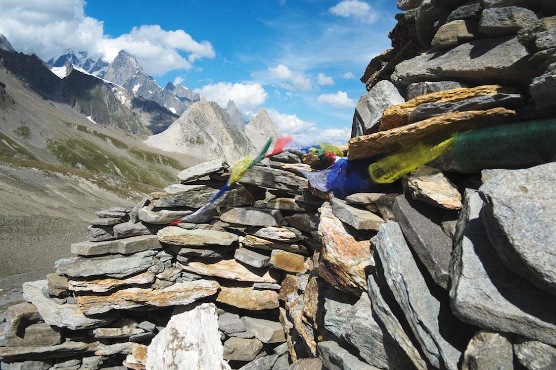 Bandeiras de oração presas a uma mariola gigante num trilho do Monte Branco.