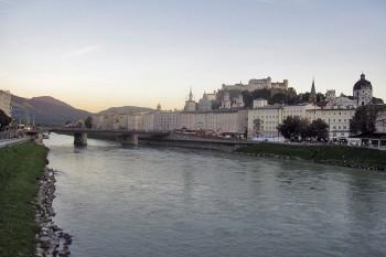 Centro histórico de Salzburgo junto ao Salzach, o rio que atravessa a cidade.