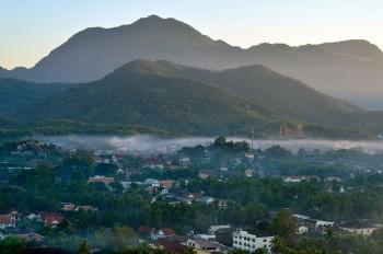 Névoa matinal ao nascer do dia em Luang Prabang.