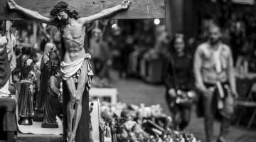 Crucifixo e outras santos na San Gregorio Armeno, uma das ruas de artesanato em Nápoles, a Bella Napoli.
