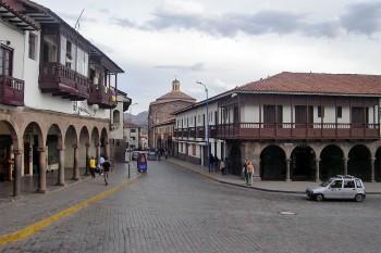 Cruzamento no centro histórico de Cuzco.
