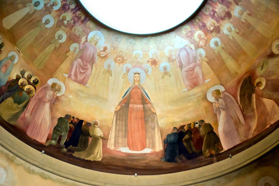 Frescos da cúpula da basílica de Nossa Senhora Rainha dos Apóstolos.