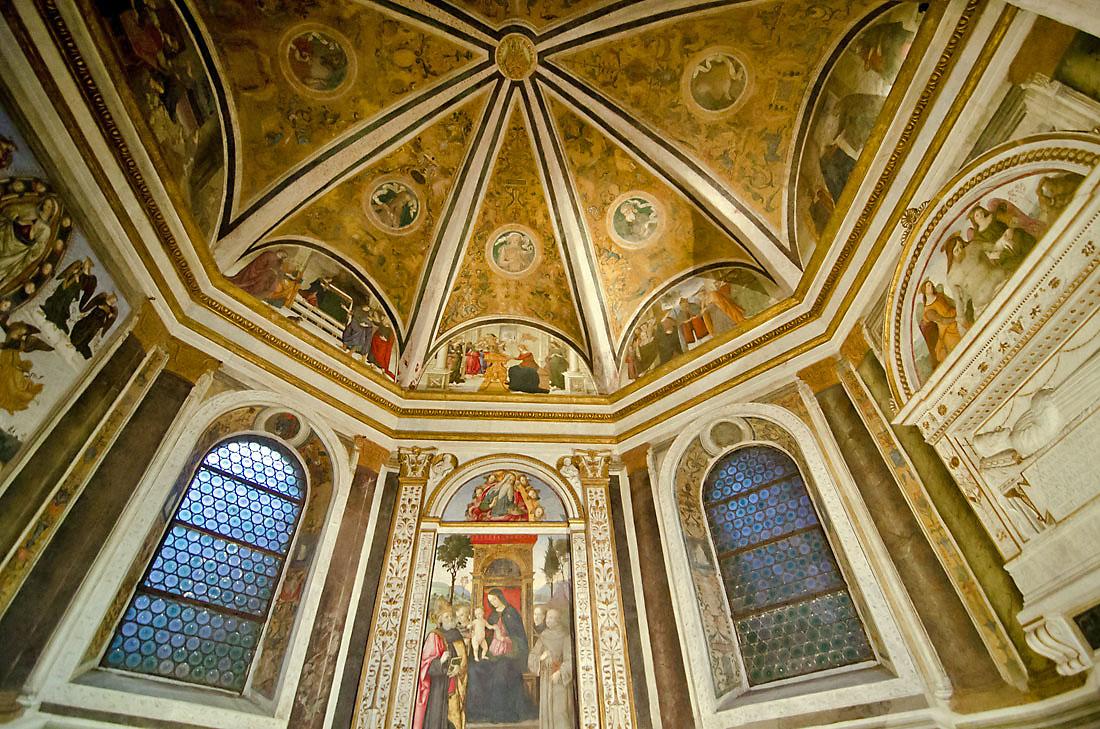 Cúpula e frescos sobre o altar da basílica de Santa Maria del Popolo em Roma.