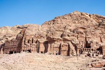 Encosta com vários templos em Petra, Jordânia.