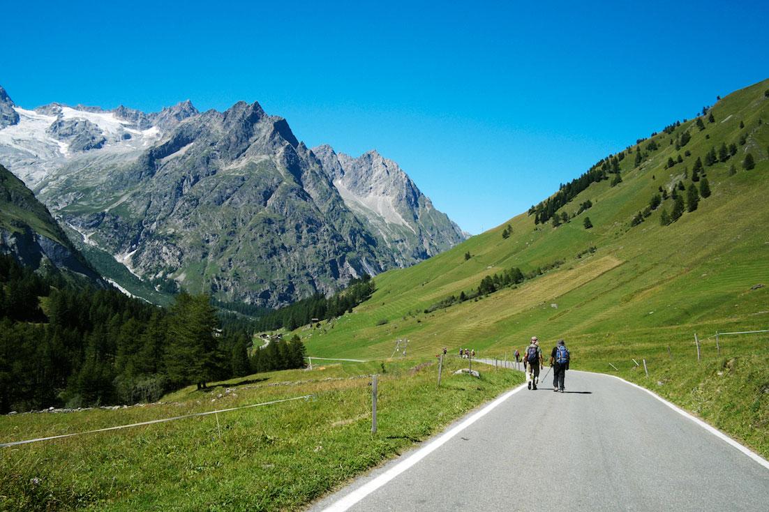 Montanhistas a caminharem na estrada que integra o maciço do Monte Branco.