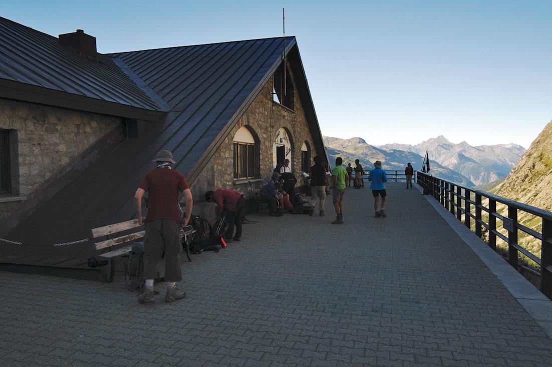 Casa varandim do refúgio Elena com vista para o lado italiano do maciço do monte branco.
