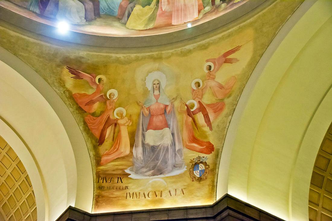 Frescos na basílica Nossa Senhora Rainha dos Apóstolos em Roma.