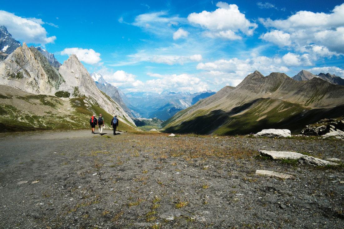 Grupo de montanhistas deixa um col do tour do monte branco.
