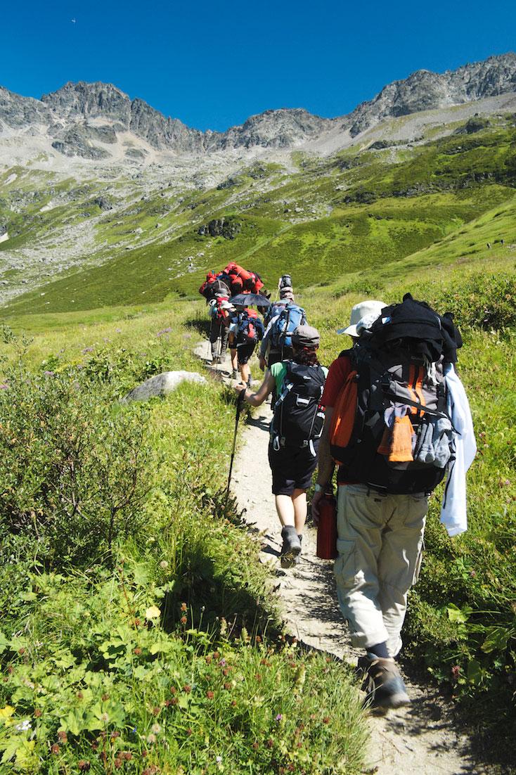 Grupo de montanhistas prepara-se para subir acentuada colina na envolvente do Monte Branco.