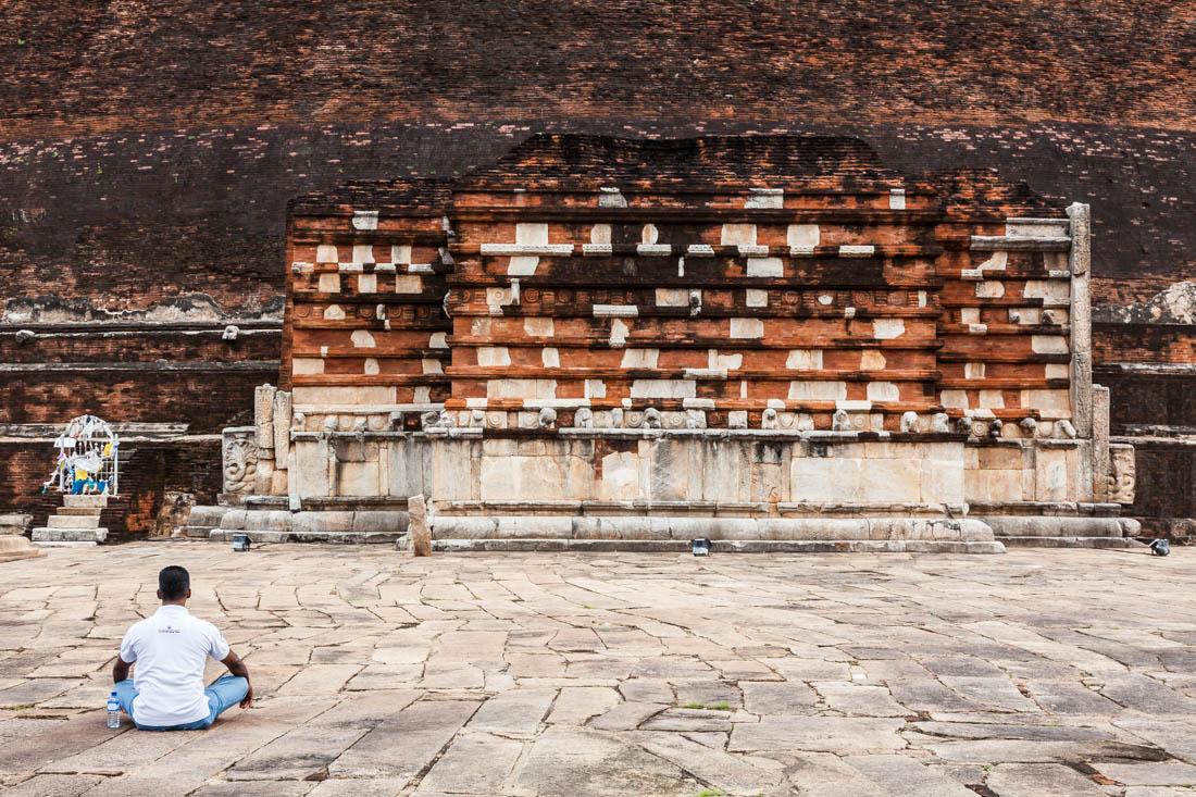 Homem sentado no chão em oração no templo Jetavanarama Dagoba em Aanaradhpura, Sri Lanka.
