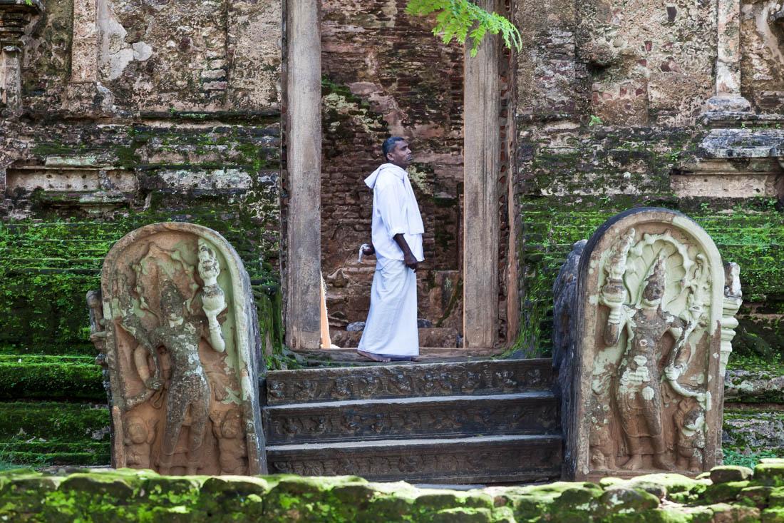 Homem junto a uma das portas do Templo Lankatilaka em Polonnaruwa, Sri Lanka.