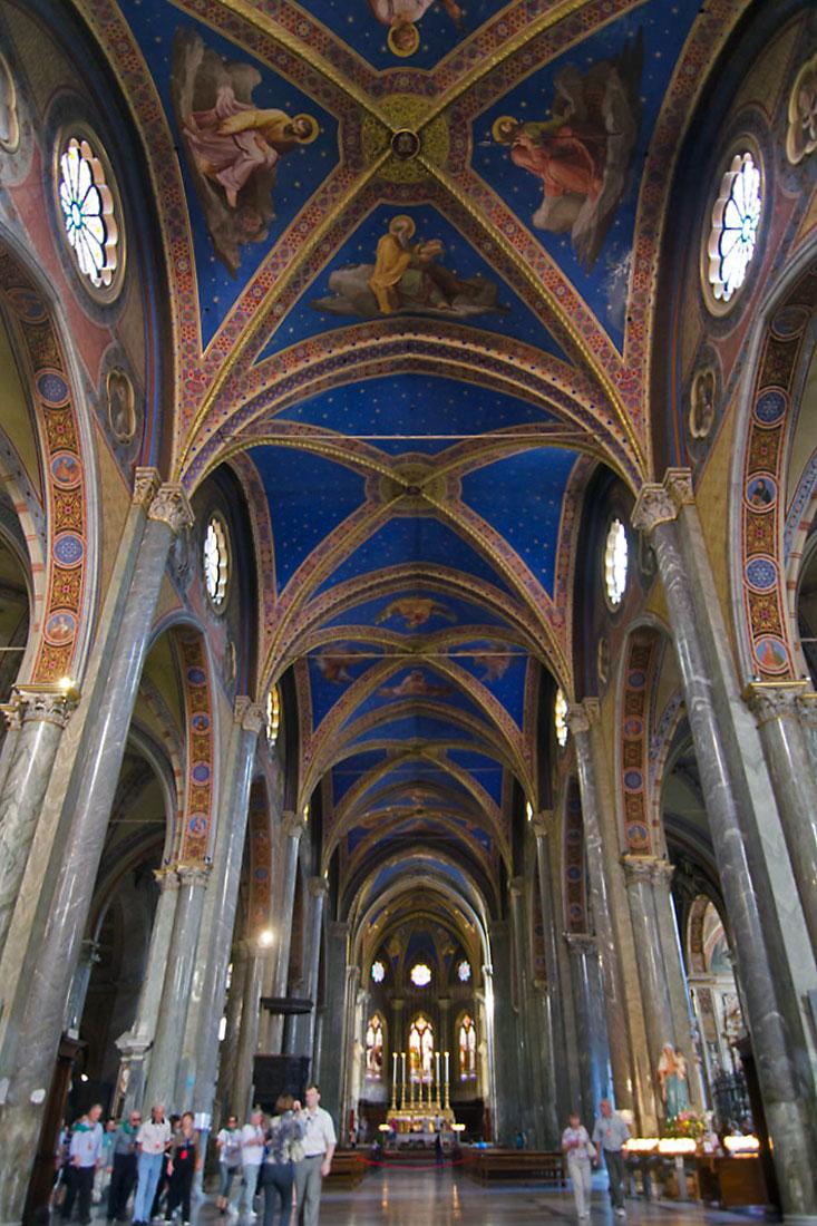 Nave central da Igreja de Santa Maria Sopra Minerva em Roma.