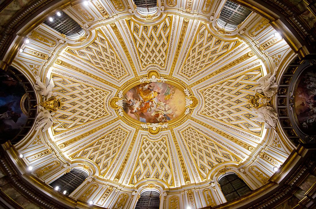Tecto branco e dourado da Igreja da Santíssima Trindade dos Espanhóis, em Roma.