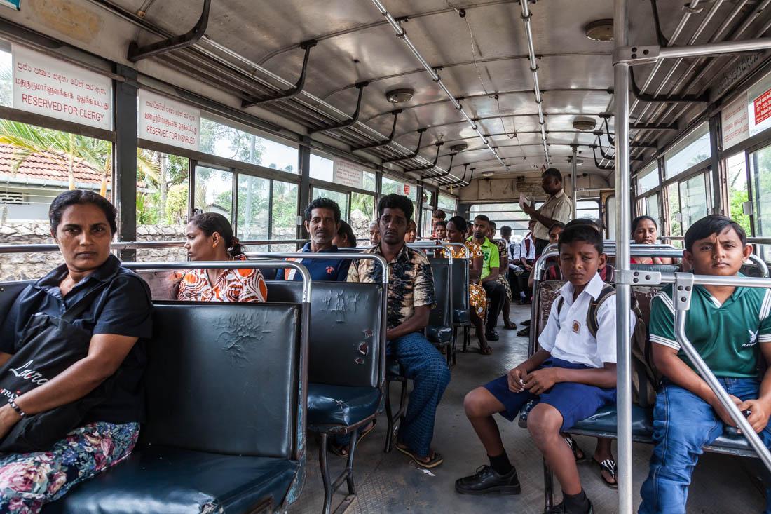 Interior de um autocarro cheio de pessoas na cidade de Negombo, Sri Lanka.