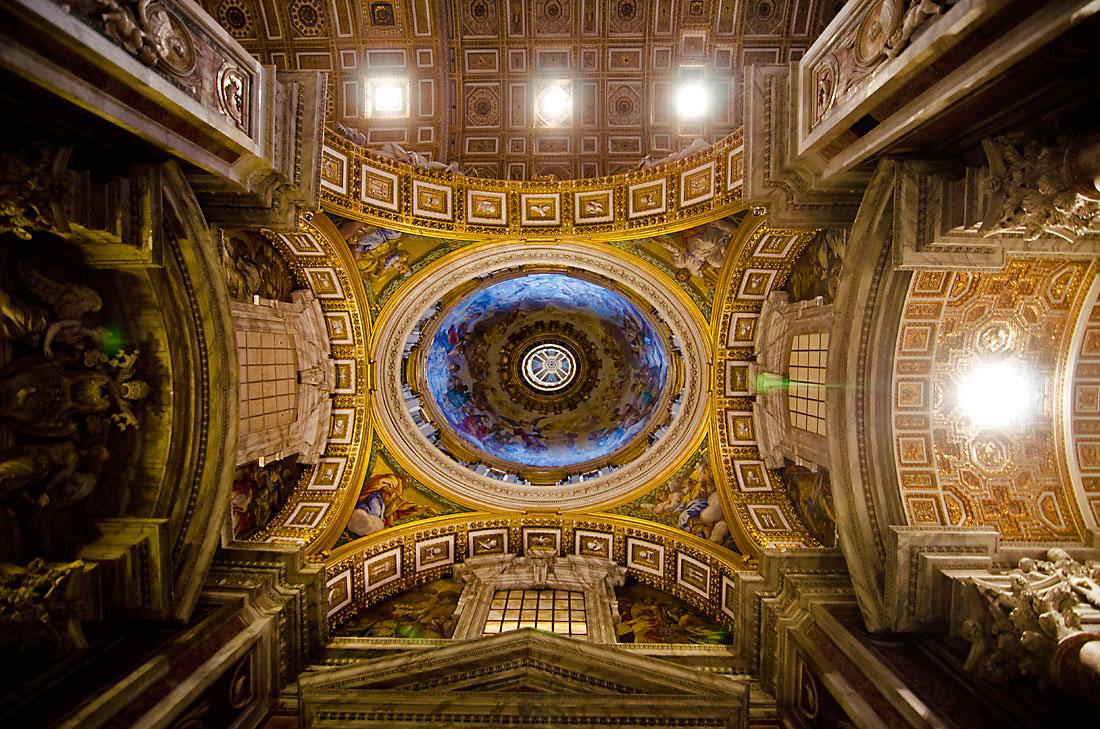 Interior da cúpula principal da basílica de São Pedro em Roma.