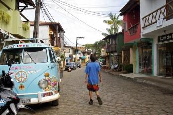 Carrinha Volkswagen Pão de Forma pintada com motivos hippies estacionada nas ruas de Itacaré, Brasil.
