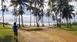 Rapaz a correr numa estrada de terra junto à Praia Resende, arredores de Itacaré.