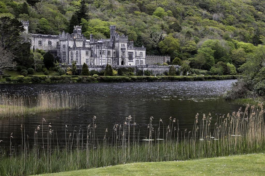 Abadia de Kylemore junto ao lago e verdejante envolvente.