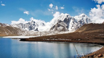 Montanhas cobertas de neve em volta do Lago Gurudongmar no estado indiano de Sikkim.