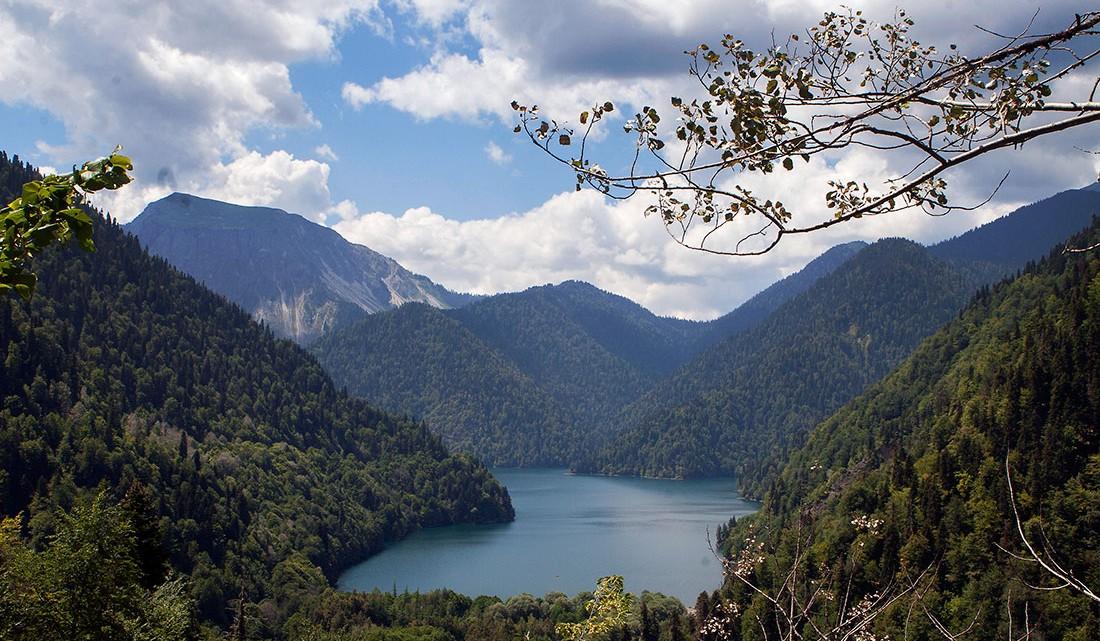 Montanhas e zona envolvente do Lago Ritsa na Abecázia.