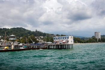 Pontão e hotéis junto ao Mar Negro em Sucumi, capital da Abecazia.
