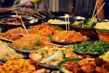 Vários pratos de comida num mercado nocturno de Luang Prabang.