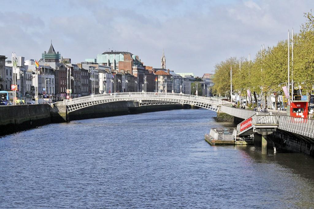 Ponte Ha'penny sobre o rio Liffey em Dublin.