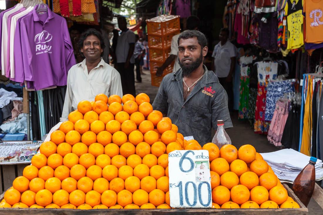 Vendedor de laranjas no Fose Market em Pettah, Colombo.