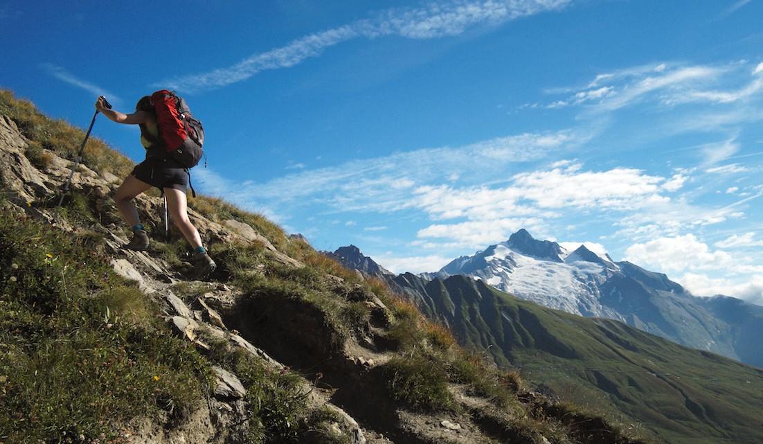 Trekker sobre encosta acentuada no maciço do monte branco.