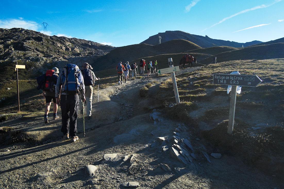 Grupo de montanhistas junto a uma das encruzilhadas existentes no maciço do monte branco.