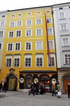 Edifício amarelo da Mozart Geburtshaus, na rua rua Getreidegasse número 9, em Salzburgo.