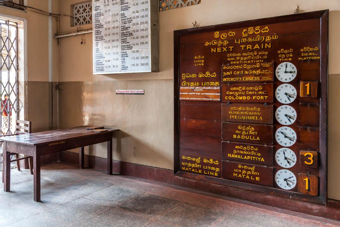 Painel de madeira com horários dos comboios da estação de Landy, Sri Lanka.