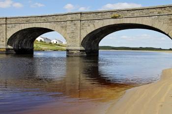 Ponte em pedra com arcos sobre o rio Fergus na cidade de Ennis.