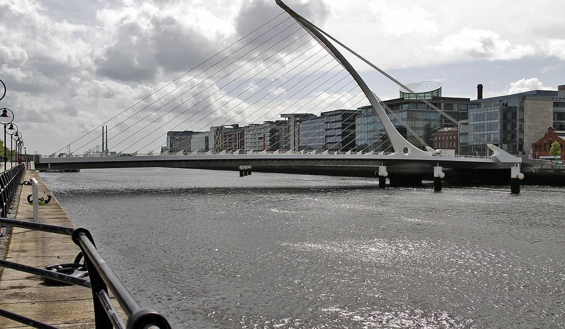 Ponte Samuel Beckett sobre o rio Liffey em Dublin.