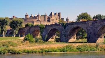 Ponte sobre o rio l'aude e cidadela medieval de Carcassonne.