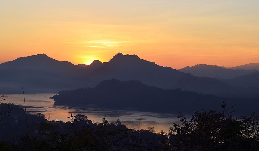 Pôr-do-sol e vista para o rio Mekong desde o topo do monte Phou Si em Luang Prabang.