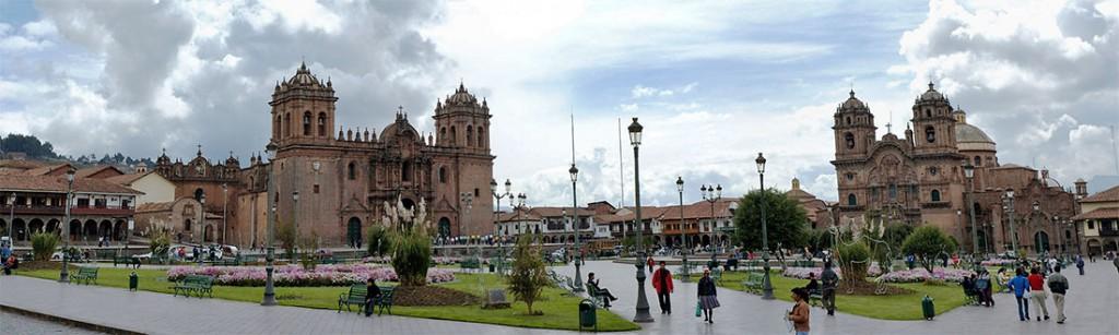 Praça de armas em Cuzco com Catedral à esquerda e Igreja jesuita à direita.