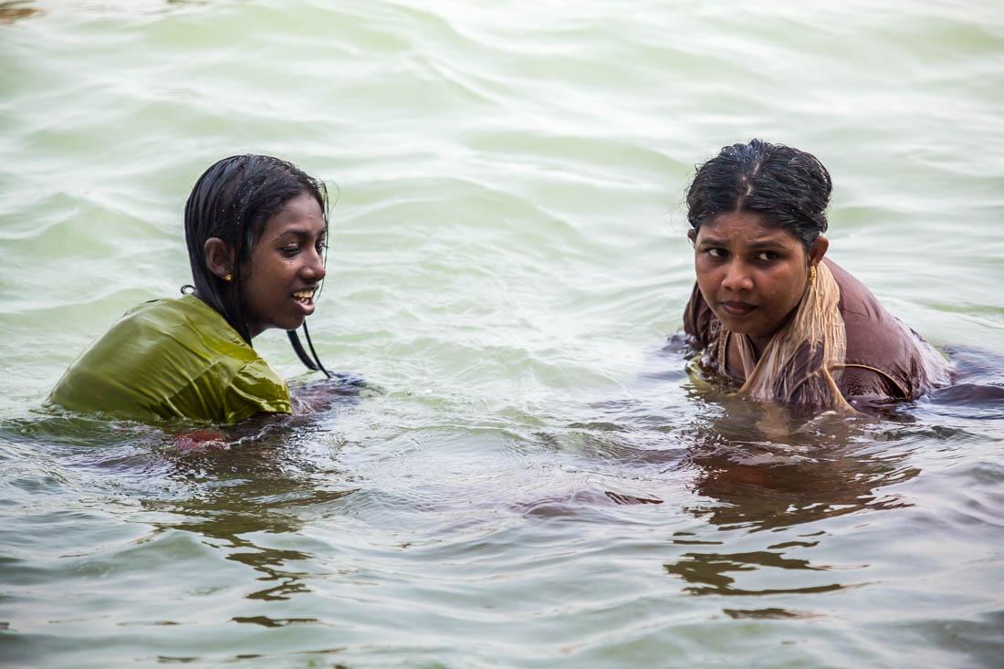 Duas raparigas a banharem-se na Praia de Unawatuna na costa sul do Sri Lanka.