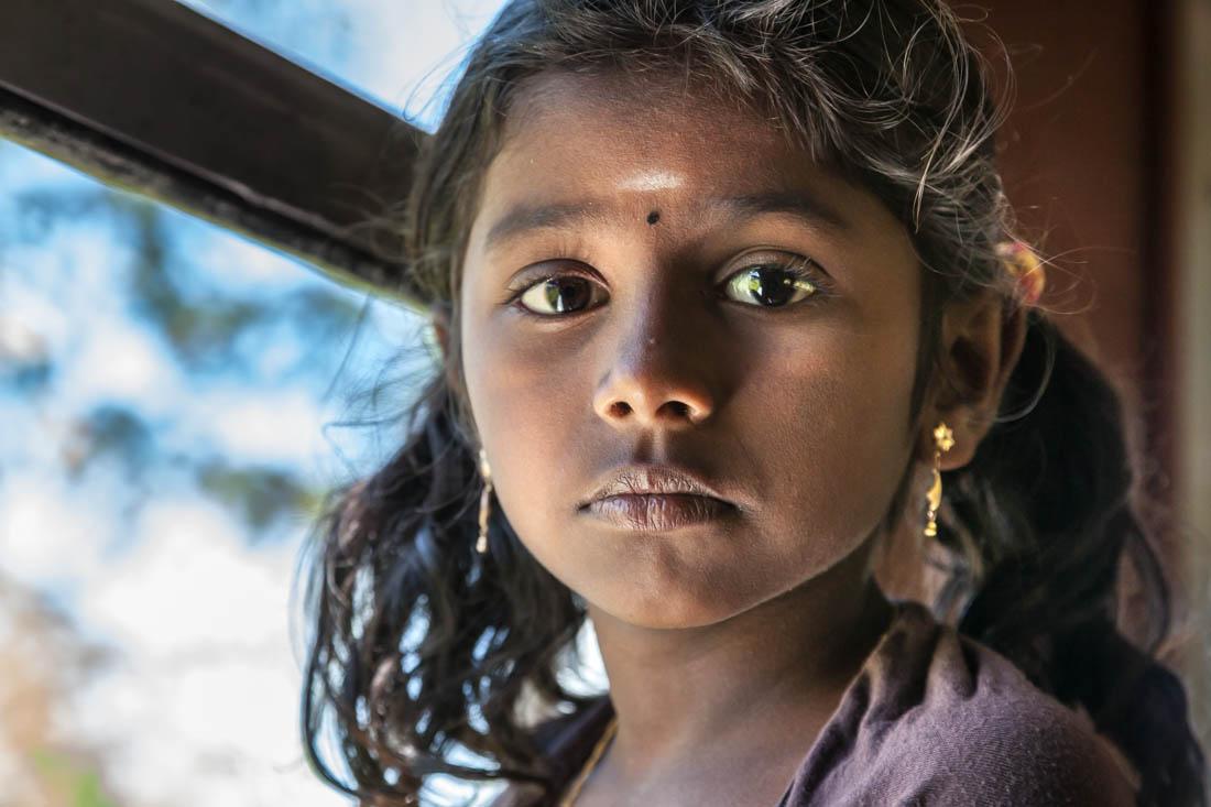 Retrato de rapariga cingalesa no comboio de montanha que vai para Ella.