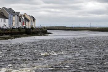 Rio Corrib perto do Mar em Galway, Irlanda