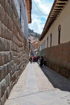 Rua Hatun Rumiyoc com paredes feitas de grandes pedras e onde está a famosa pedra dos 12 ângulos.