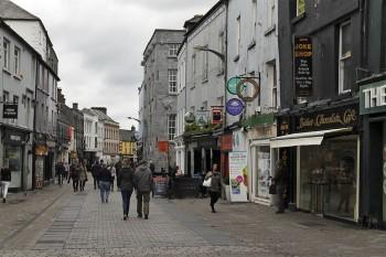 Rua pedestre no centro da cidade de Galway, na Irlanda.