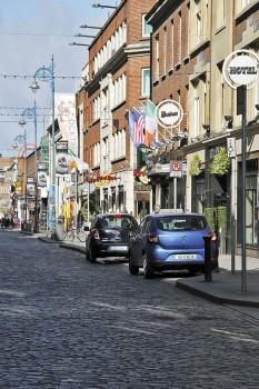 Edifícios e carros numa rua na zona do Temple Bar em Dublin.