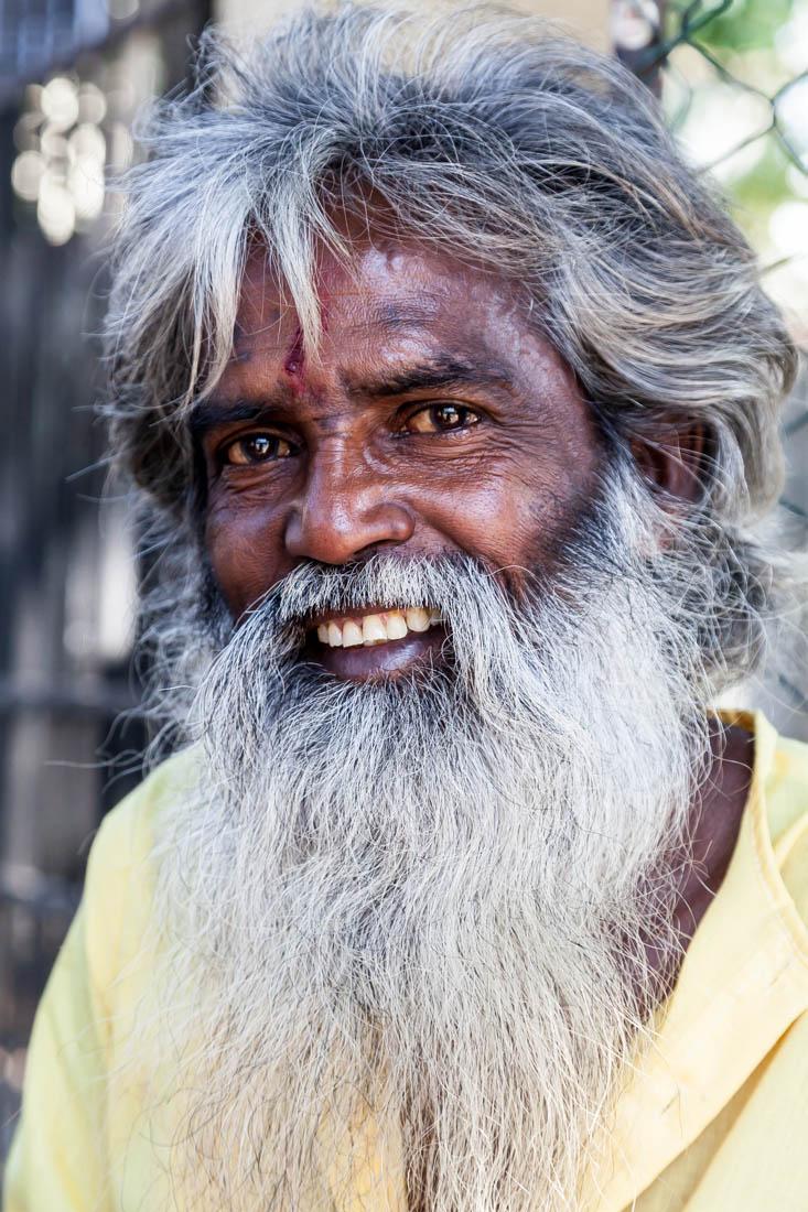 Retrato de um homem cingalês com grandes barbas numa rua da cidade de Kandy.